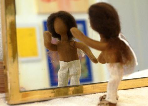 Figur vor Spiegel