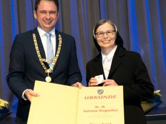 Sr. Antonia Stegmiller für ihr Engagement von der Stadt Dillingen ausgezeichnet